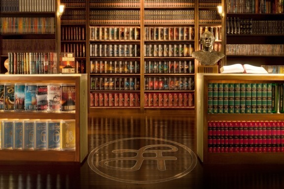 Фото библиотеки книг Л. Рона Хаббарда