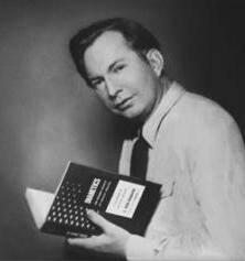 Л. Рон Хаббард, основатель саентологии, с первым изданием книги «Дианетика». 1950 год.