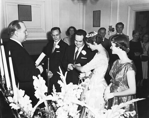Л. Рон Хаббард проводит обряд венчания.